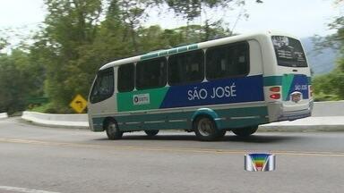 Empresa obtém liminar para ônibus voltar a trafegar na serra de Ubatuba - Trajeto pela Oswaldo Cruz estava proibido para coletivos convencionais. Liminar estende em 180 dias prazo de adequação à determinação do DER.
