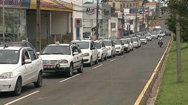 Taxistas em carreata pedem mais segurança em Ponta Grossa - O assalto de um taxista levou os colegas a fazerem uma manifestação pelas ruas da cidade