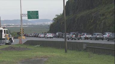 Viagem para o Ano Novo aumenta movimento das rodovias do Estado - Tráfego é intenso para quem vai para o Litoral.