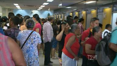 Bancos e casas lotéricas ficam lotados em São Luís - Agências bancárias ficaram lotadas hoje em São Luís. Além do pagamento do funcionalismo público, segurados do INSS tinham até hoje para fazer o recadastramento bancário.