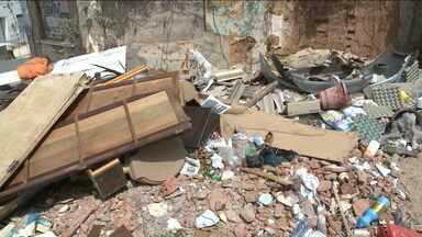 Lixo compromete tráfego de pedestres sobre as calçadas do Monte Castelo - No Monte Castelo há tanto lixo acumulado nas calçadas que até a passagem dos pedestres fica comprometida.