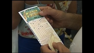 Moradores de Itapetininga lotam lotéricas para a Mega da Virada - Algumas lotéricas de Itapetininga (SP) ficaram lotadas nesta terça-feira (30), véspera do último dia de apostas da Mega da Virada, prêmio da Mega-Sena que vai premiar o vencedor com R$ 240 milhões.