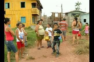 Famílias tentam retomar rotina 11 meses após desabamento - 51 casas foram engolidas pelo rio em Abaetetuba.