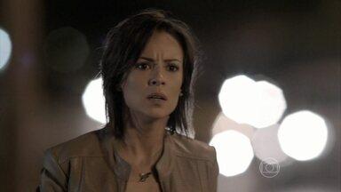 Clara quase flagra Zé vivo - Filha do Comendador vê Isis desmaiada logo após a ruiva dar de cara com o amado dentro do carro