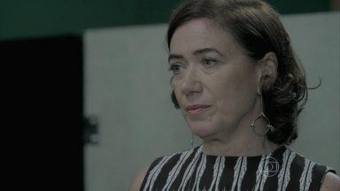 Marta não fala para Clara que Zé pode estar vivo - A designer fica intrigada com o desmaio de Isis e ameaça chamar a polícia