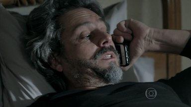 Zé Alfredo liga para Cristina e diz que quer o anel que Cora roubou - O comendador diz que vai mandar Josué recuperar o anel