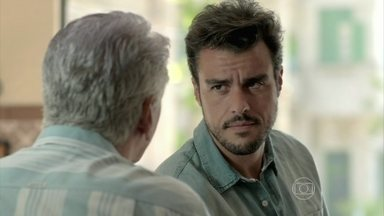 Enrico questiona Manoel sobre a presença de Josuéem seu bar - O dono do bar consegue despistar o rapaz