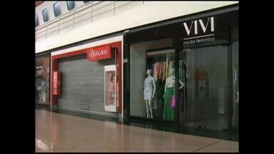 Lojas do shopping Praça Rio Grande seguem fechadas - Impasse entre comerciários e lojistas continua em 2015.