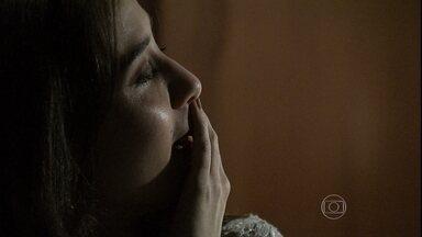 Cora volta para casa e conta para Elivaldo que viu o Comendador - ela comemora o fato de ter visto José Alfredo