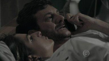 Josué avisa a Zé que recebeu um chamado de Marta - Depois de conversa com Cora, ricaça manda Silviano ligar para o capanga do marido