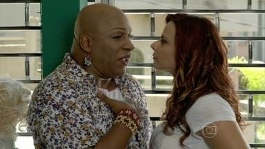 Naná coloca Xana na parede - Cabeleireiro garante que eles são só amigos e manda a manicure esquecer o assunto