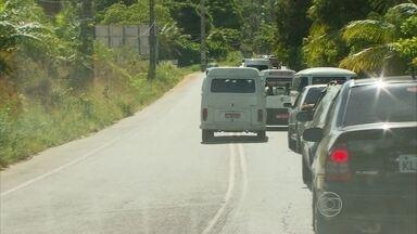 Volta para casa foi complicada após fim de semana prolongado - No início da noite ainda havia muitos carros nas estradas.