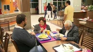 Idosos terão espaço reservado em bares e restaurantes do Rio de Janeiro - Quem tem mais de 60 anos tem mesa garantida nos restaurantes do Rio. Aquele que sentar numa mesa reservada, corre risco de ter que levantar.