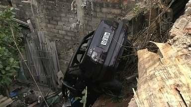 Carro cai em casa em Osasco - O carro caiu na casa que fica abaixo do nível da rua em Osasco, na Grande São Paulo, na terça-feira (6). Nenhum morador ficou ferido. O motorista machucou o ombro e precisou ser levado para o hospital.