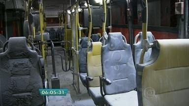 Vândalos tentam colocar fogo em ônibus na Zona Sul da capital - Os criminosos pararam o ônibus no Jardim Miriam e mandaram todos descerem do veículo. Ele botaram fogo e fugiram. O motorista usou um extintor para evitar que o fogo se espalhasse.