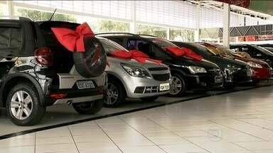 Queda nas vendas e nas exportações provoca demissões em montadoras do ABC Paulista - Apesar dos cortes de impostos ao longo de 2014, as vendas da indústria automobilística foram as mais fracas dos últimos 12 anos. Em protesto, funcionários da Volkswagen entraram em greve.