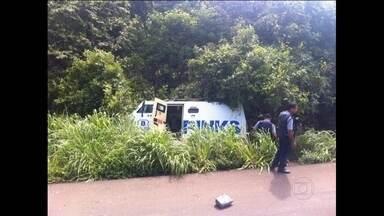 Polícia faz buscas para prender quadrilha que tentou roubar carro forte em Mato Grosso - O bando fugiu para Goiás e se escondeu numa casa. A polícia prendeu dois bandidos e acredita que de três a seis estejam foragidos.