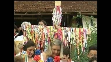 Fiéis de Torrinha comemoram do Dia de Reis - Fiéis de Torrinha comemoram ontem o Dia de Reis. A missa realizada no mosteiro da cidade teve a participação de um dos mais tradicionais grupos de folia da região.