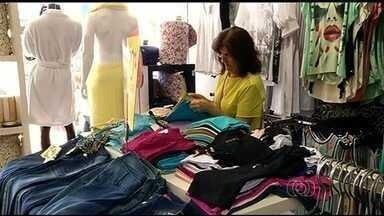 Consumidores aproveitam saldões em comércios de Rio Verde e Catalão - Em Rio Verde, descontos chegam a 70% e em Catalão os lojistas fazem sorteios de prêmios para atrair os clientes.