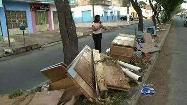 Acumúlo de lixo em canteiros causa transtornos no bairro Jardim Petropólis II - A repórter Heliana Gonçalves mostra o flagrante ao vivo.