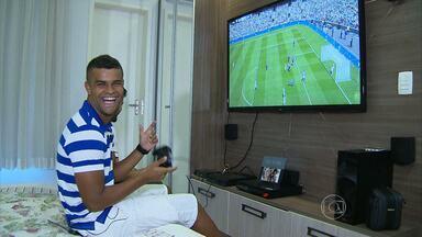 Videogame e carinho da esposa se transformam em terapia durante a recuperação de Alisson - Jogador do Cruzeiro não pode participar das decisões que o Cruzeiro disputou por conta de uma lesão