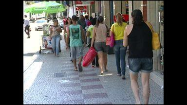 Funcionários temporários não são efetivados em Cachoeiro, no ES - Confederação Nacional do Comércio diz que consumidores compraram menos em 2014.