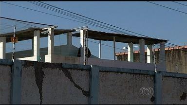 Presos quebram parede e fogem de presídio em Caldas Novas - O presídio da cidade fica próximo a várias casas e a população ficou assustada com a fuga.