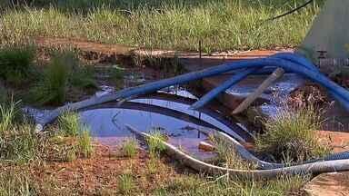 Moradores de assentamento reclamam de água desperdiçada - Moradores de assentamento reclamam de água desperdiçada