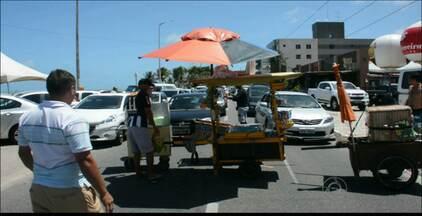 Vendedores ambulantes fazem protesto na praia do Bessa em João Pessoa - Os manifestantes interditaram o trânsito em protesto contra determinação que proíbe a comercialização de produtos no local.
