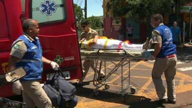 Carro e moto batem em cruzamento de Maringá - A passageira da moto ficou ferida.