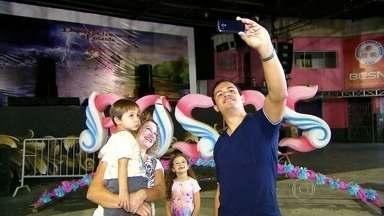 Especialistas em selfie dão dicas para folião sair bem na foto no Carnaval em SP - A selfie promete fazer sucesso no Carnaval. Ninguém resiste a uma foto no meio da folia, principalmente se estiver fantasiado. O SPTV foi aos ensaios das escolas de samba e consultou 'especialistas' em selfies, que explicam como sair bem na foto.