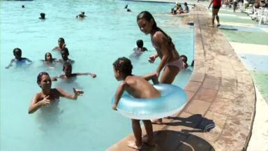 Temperatura alta lota Parque Aquático e clubes de Volta Redonda, RJ - Com sensação térmica acima dos 40 graus, a maior desde o início do ano, muita gente foi se refrescar nas piscinas.