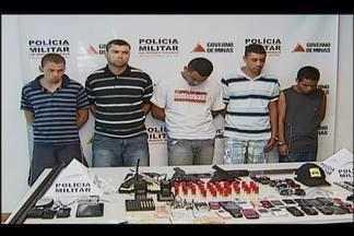 PM de Uberlândia prende ladrões com explosivos após roubo a residência - Cinco foram presos e armas, drogas, dinheiro e até rádio HT apreendidos. Autores renderam família, mas rastreador fez polícia chegar aos criminosos.