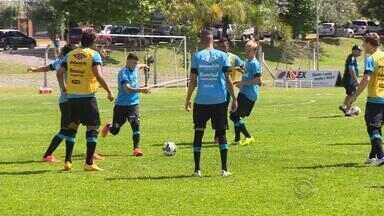 Grêmio treina pela primeira vez com bola em Gramado - Calor era intenso na Serra durante as atividades.