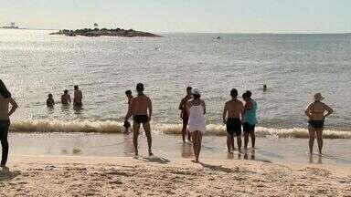 Corpo de Bombeiros faz travessia de banhistas para ilha de praia de Camburi, em Vitória - Moradores usaram botes ou moto aquáticas para chegar a ilha.