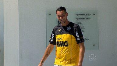 Com interesse de vários clubes do Brasil, Réver está ansioso para definir o futuro em 2015 - Após um 2014 ruim, marcado por lesõpes, zagueiro está otimista quanto a temporada
