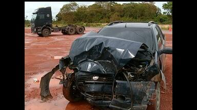 Caminhão trator e um carro se envolvem em acidente na BR-163 - Acidente aconteceu no final da manhã desta segunda-feira (12).