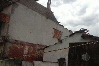 Após forte chuva, casa desmorona na tarde desta segunda-feira em Ferraz de Vasconcelos - Segundo a Prefeitura, o telhado da casa foi feito de forma irregular e atingiu outros imóveis.