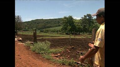 Fim de semana é marcado por violência no campo - No oeste do estado quatro ladrões foram baleados. Na região de Londrina moradores e empregados de uma fazenda viveram momentos de terror.