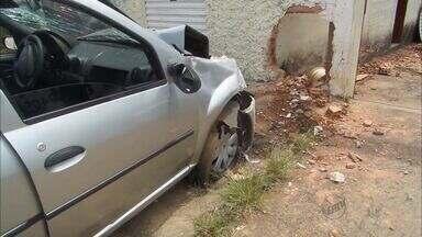 Carro sobe na calçada e bate no muro de loja em Franca - Apesar de ter invadido a calçada, não tinha ninguém passando no momento.
