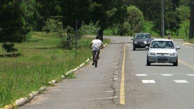 Prefeitura de União começa retirar muretas na avenida Abilon de Souza Alves - As muretas separavam a pista de carros e a ciclovia, no sentido Distrito de São Cristóvão. A prefeitura vai instalar tartarugas no local.