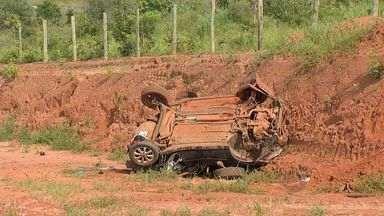 Jovem morre e duas pessoas ficam feridas em acidente em rodovia de MS - Retirada de vítima das ferragens só feita durante a tarde.