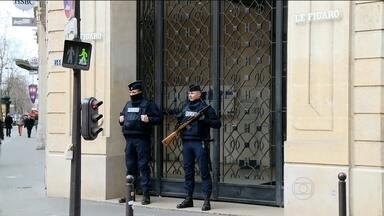 França continua em alerta máximo depois da maior manifestação já vista no país - Ainda estava escuro em Paris quando o gabinete de crise se reuniu no Palácio Eliseu, a sede do governo francês. O presidente François Hollande convocou ministros e comandantes das forças de segurança para decidir as novas medidas.