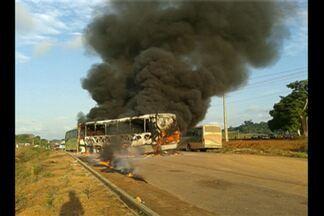 Dois ônibus são incendiados em protesto na BR-230 - Manifestantes protestam por cumprimento de condicionantes de Belo Monte.