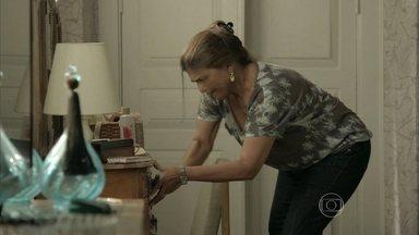 Jurema vasculha o quarto de Cora em busca de pistas sobre Jairo - Ela aproveita a ausência da megera