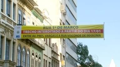 Trecho da Rua Primeiro de Março passa a funcionar em sentido único - Mais mudanças no centro do Rio de Janeiro. A partir deste sábado (17), o trecho da Rua Primeiro de Março, entre a Presidente Vargas e Visconde de Inhaúma, funcionará em sentido único, do Centro para a Rodoviária Novo Rio.