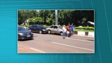Motoristas de três carros se envolvem em acidente - Um caminhão também bateu
