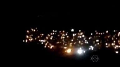 Troca de tiros entre traficantes assusta moradores vizinhos ao Morro do Juramento - A noite de sexta-feira foi de violência em Vicente de Carvalho, Zona Norte do Rio. Os bandidos atiraram diversas vezes, assustando vizinhos e moradores do Morro do Juramento.