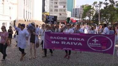 Servidores da Saúde de Curitiba protestam no Centro da cidade - Profissionais foram às ruas para reclamar das condições de trabalho.
