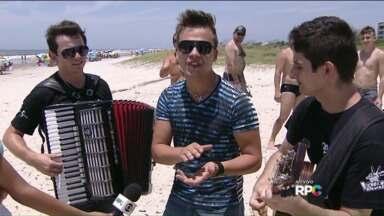 "Cantor que participou do 'The Voice Brasil"" anima praia no litoral do Paraná - Danilo Dyba apresenta músicas do segundo CD."